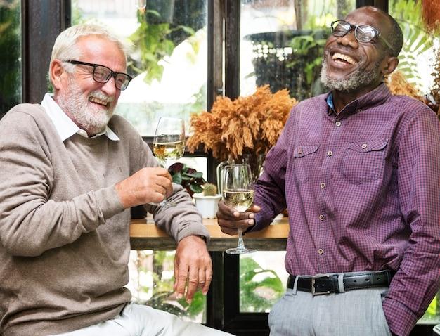 Ältere männer entspannen sich lebensstil, der konzept speist