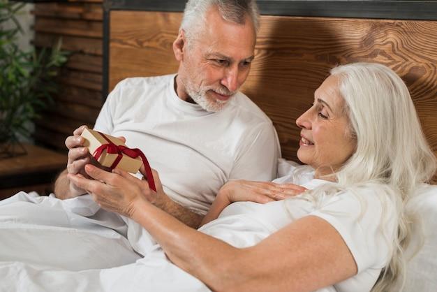 Ältere männliche überraschende frau am valentinstag