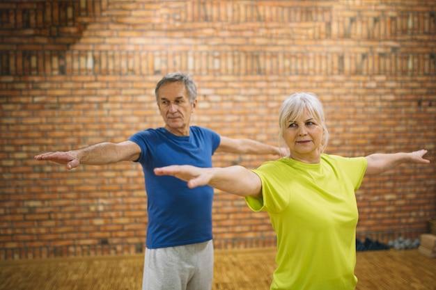 Ältere menschen, die balanceübung tun