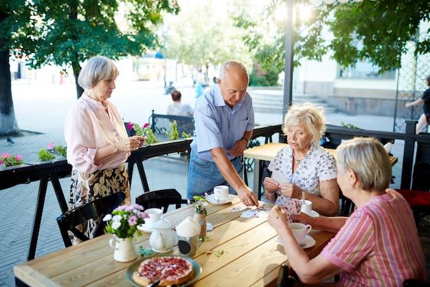 Ältere menschen, die im café sich entspannen