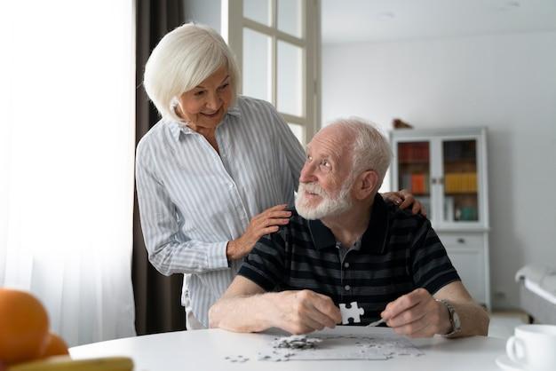 Ältere menschen, die mit alzheimer konfrontiert sind