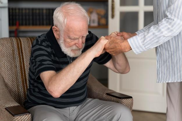 Ältere menschen, die mit alzheimer konfrontiert sind Kostenlose Fotos