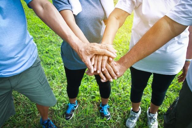 Ältere menschen kombinieren sie gesundheit und fitness.