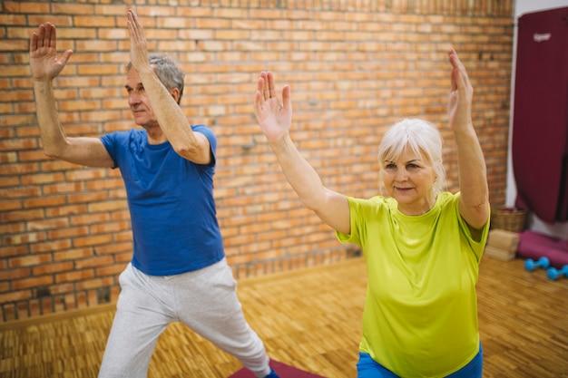 Ältere menschen machen gymnastik