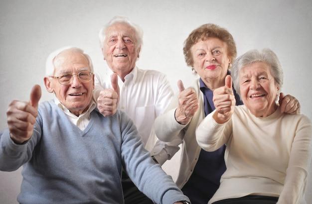 Ältere menschen mit daumen hoch