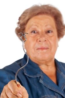 Ältere menschen mit psychokinetischen fähigkeiten beugen sich.