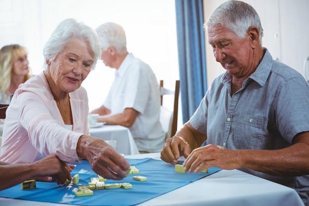 Ältere menschen spielen gerne domino