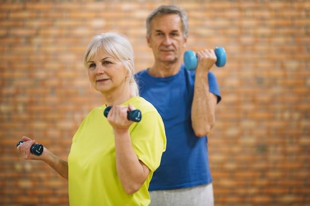 Ältere menschen trainieren