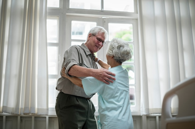 Ältere paare am krankenhaus