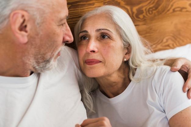 Ältere paare, die einander betrachten
