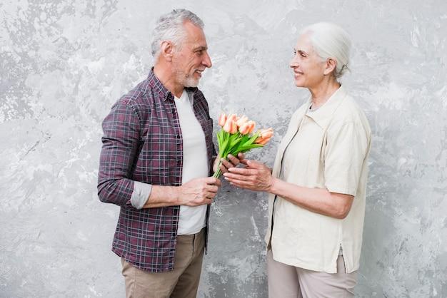 Ältere paare, die für ein foto aufwerfen