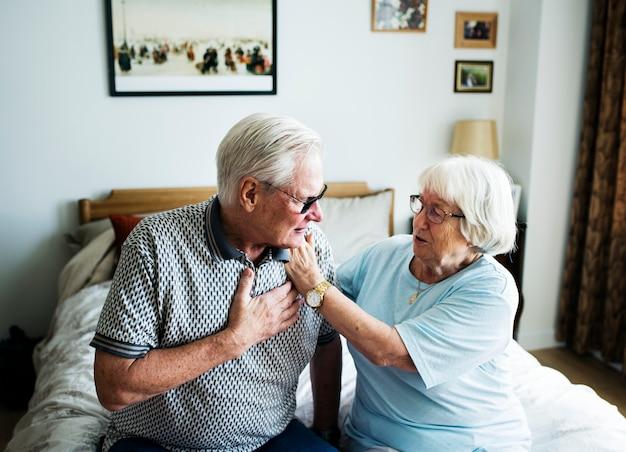 Ältere paare, die um einander sich kümmern