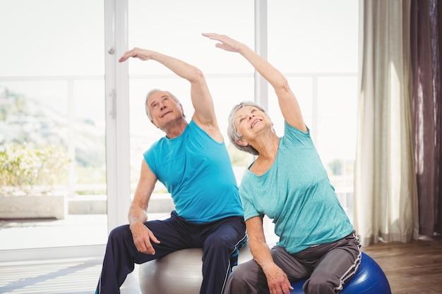 Ältere paare, die zu hause trainieren