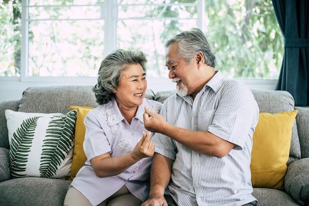 Ältere paare, die zusammen am wohnzimmer spielen