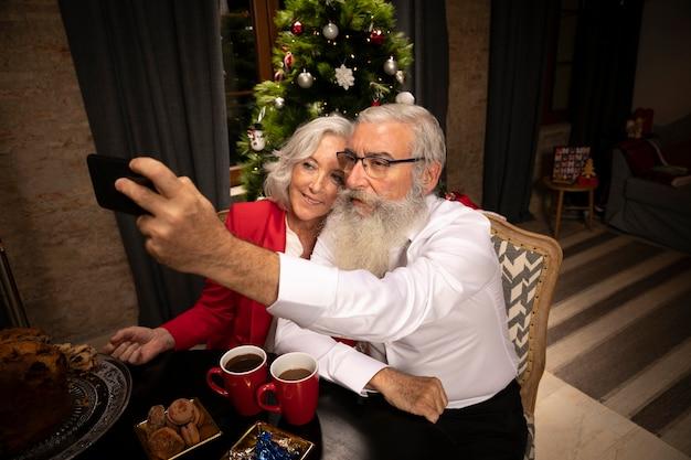 Ältere paare, die zusammen ein selfie nehmen