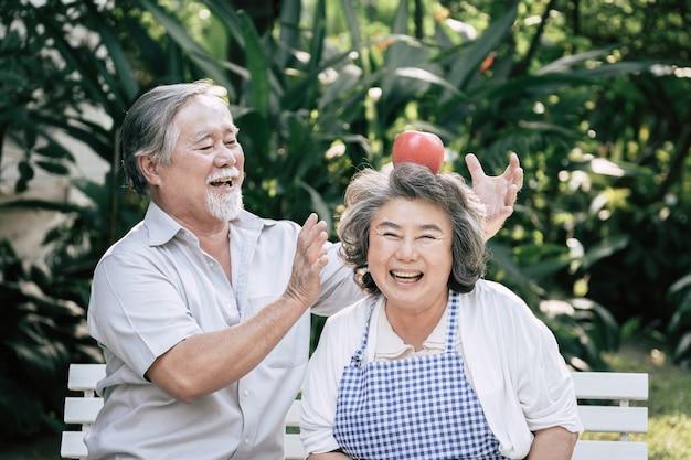 Ältere paare, die zusammen gesundes lebensmittel kochen