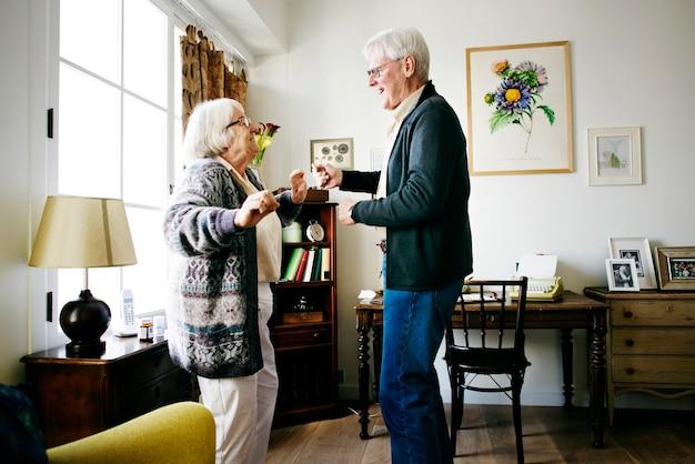 Ältere paare, die zusammen tanzen