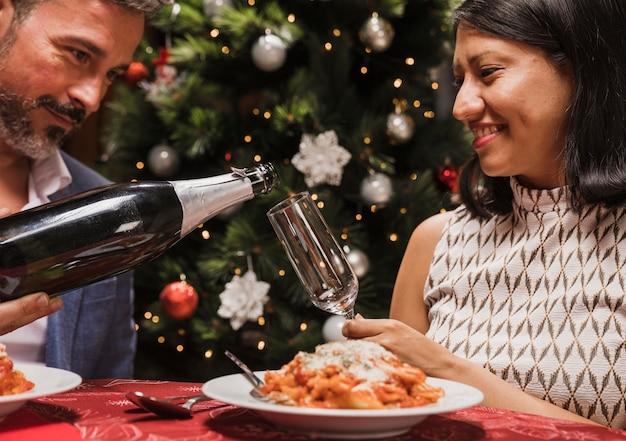 Ältere paare, die zusammen weihnachten feiern