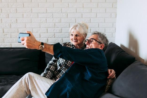 Ältere paare im ruhestandshaus, das selfie nimmt