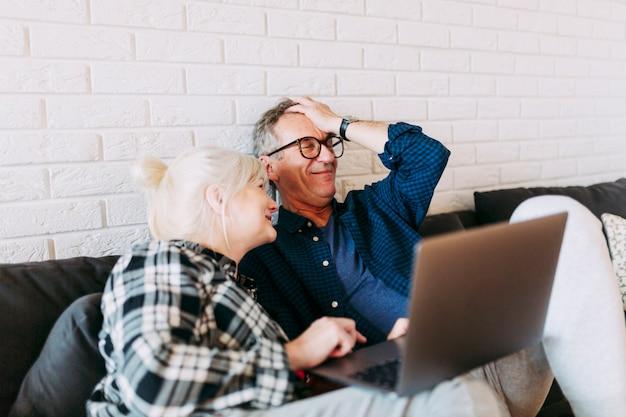 Ältere paare im ruhestandshaus mit laptop