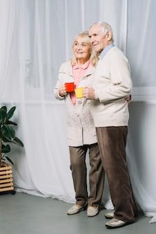 Ältere paare mit bechern kaffee