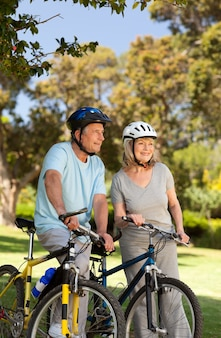 Ältere paare mit ihren fahrrädern