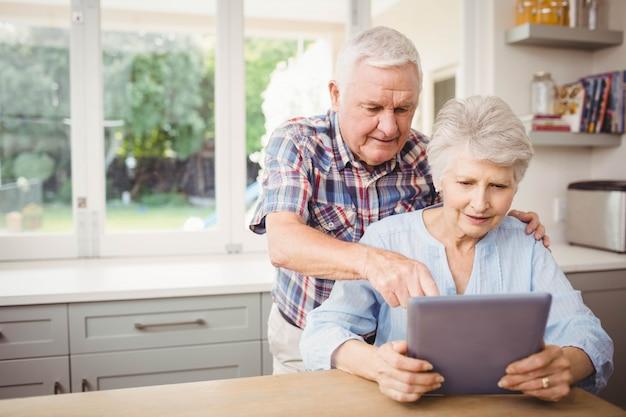 Ältere paare unter verwendung der digitalen tablette zu hause