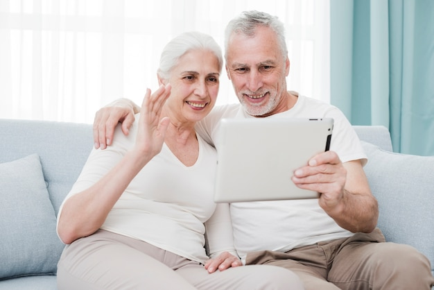 Ältere paare unter verwendung einer tablette