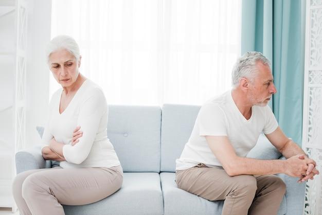 Ältere paare verärgert miteinander