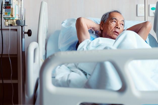 Ältere patienten im krankenhausbett