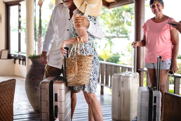 Ältere reisendgruppe, die im hotel ankommt