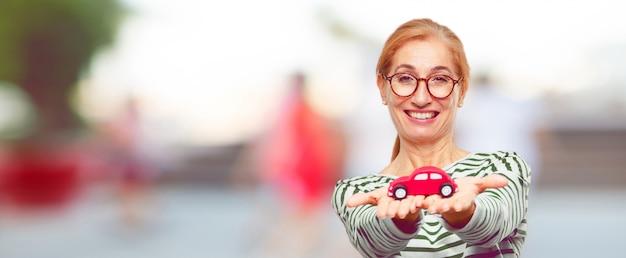 Ältere schönheit mit einem roten automodell