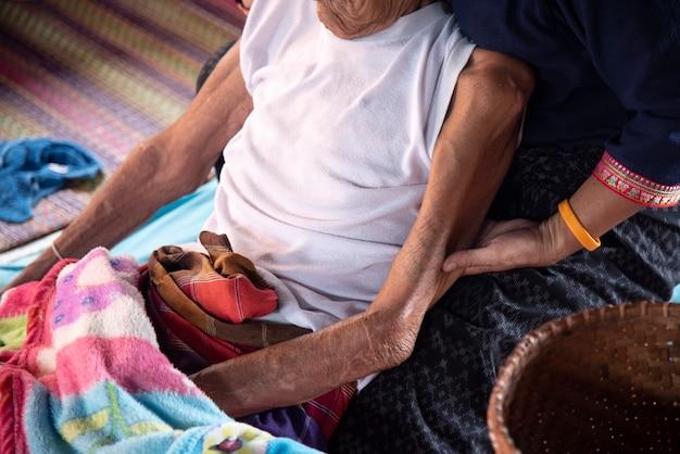 Ältere sorge, die hand hält