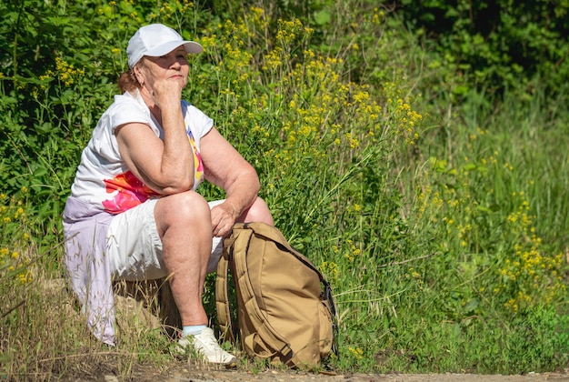 Ältere touristenfrau auf einem wald