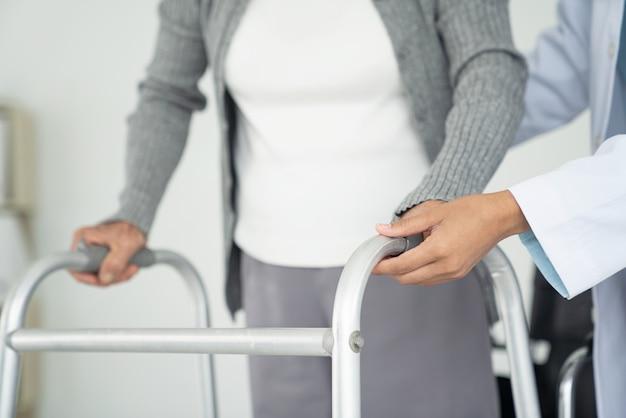 Ältere weibliche patientenhand. medizin- und gesundheitskonzept