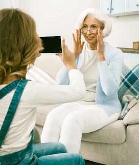 Ältere weiße italienerin posiert für ihre enkelin lerntechnologien