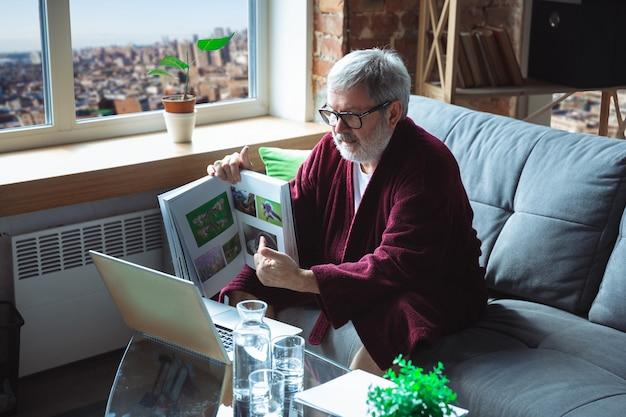 Älterer älterer mann während der quarantäne, der erkennt, wie wichtig es ist, während des virusausbruchs zu hause zu bleiben