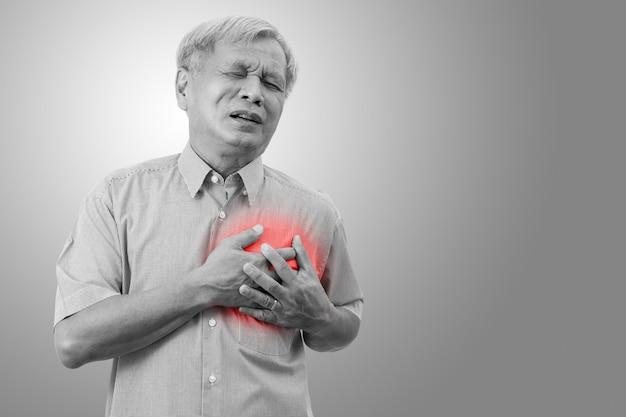 Älterer asiatischer mann, der schmerz in der brust erfasst und hat, verursacht vom herzinfarkt.