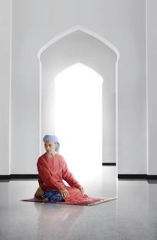 Älterer asiatischer moslemischer betender mann