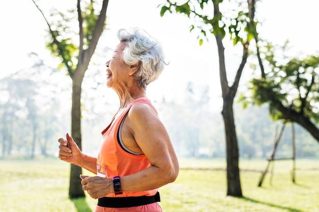 Älterer athlet, der in den park läuft