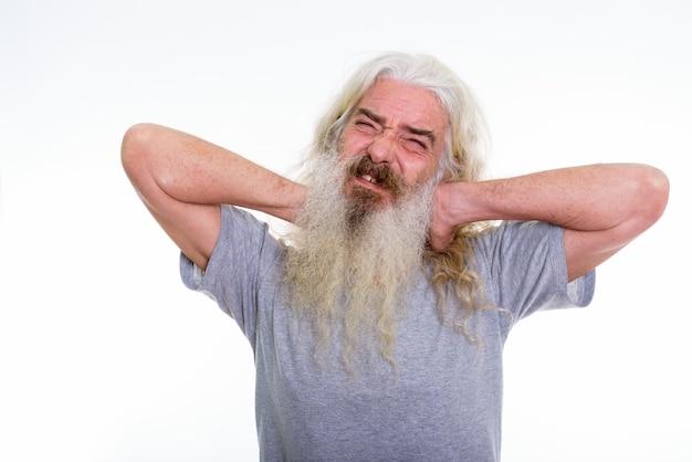 Älterer bärtiger mann, der schmerzen im nacken hat
