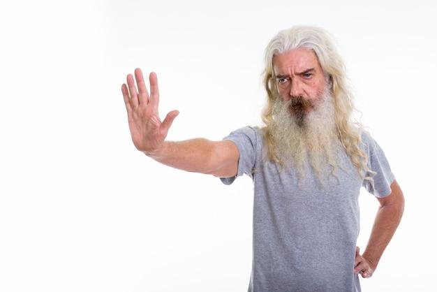 Älterer bärtiger mann, der stopphandzeichenstopp zeigt