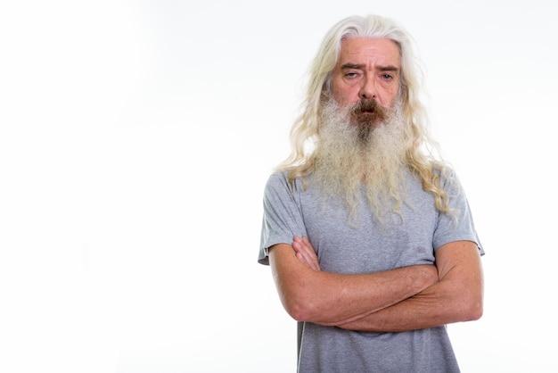 Älterer bärtiger mann mit verschränkten armen