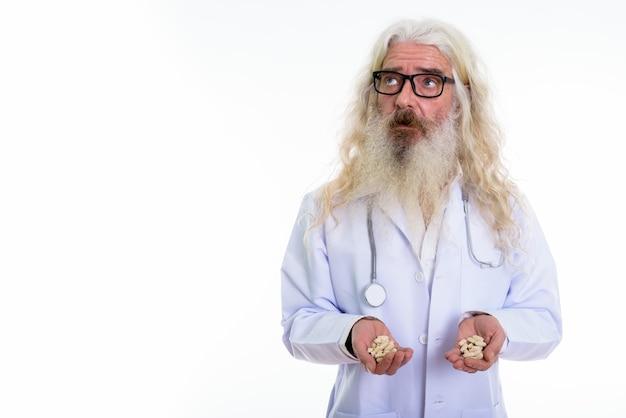 Älterer bärtiger mannarzt, der brillen trägt
