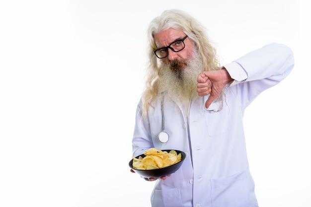 Älterer bärtiger mannarzt, der daumen nach unten gibt