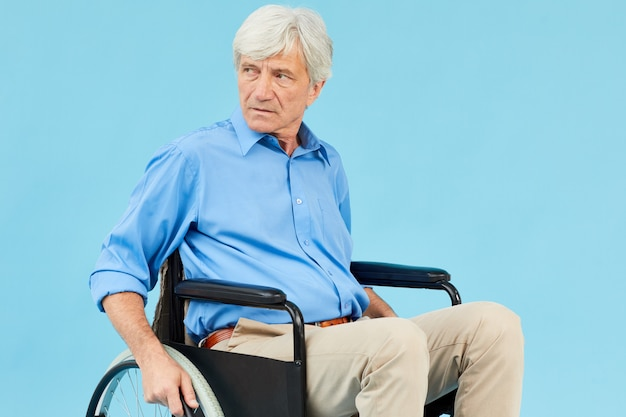 Älterer behinderter mann im rollstuhl