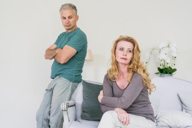 Älterer ehemann und frau zu hause besorgt