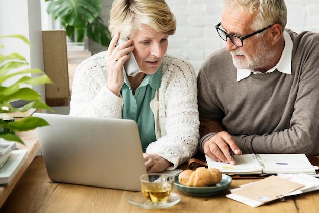 Älterer erwachsener, der laptop-notizbuch-konzept verwendet