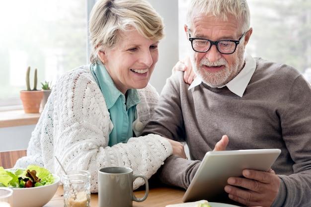 Älterer erwachsener, der tablet-lesekonzept hält
