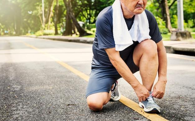 Älterer erwachsener rüttelnder laufender übungs-sport-tätigkeits-konzept